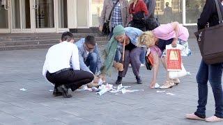 Смотреть онлайн Пранк: Раскидываем деньги перед прохожими