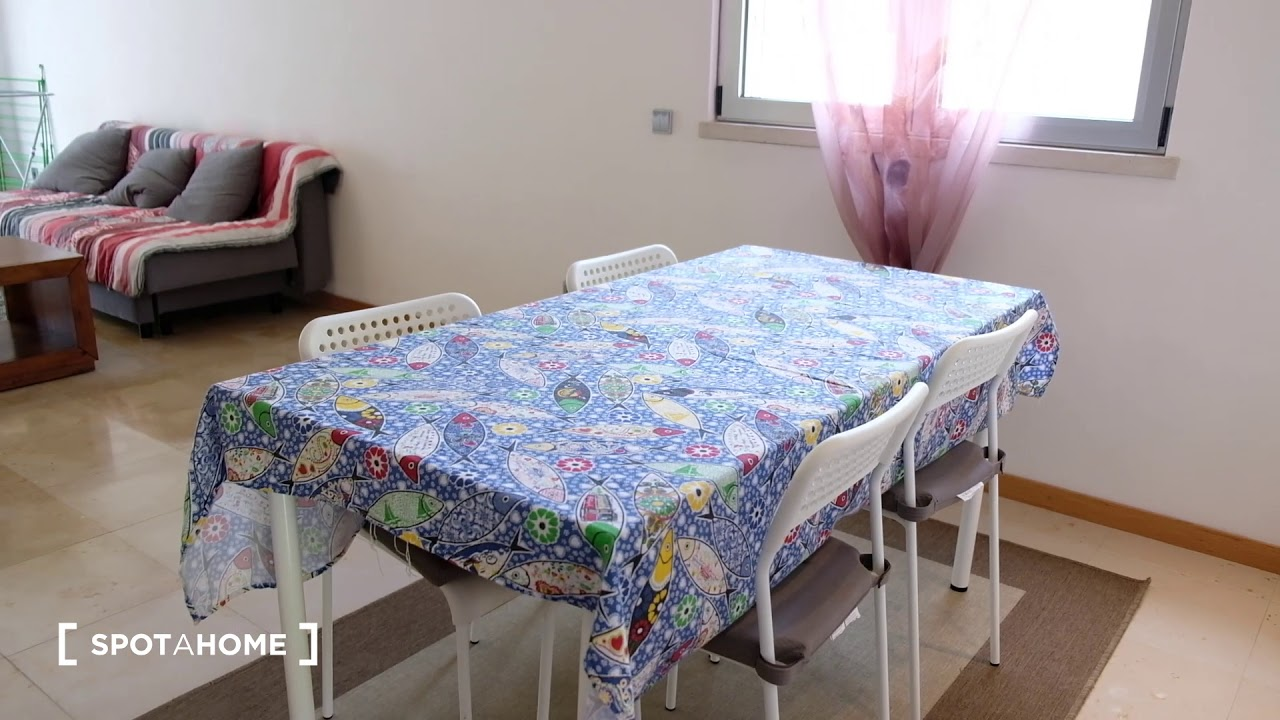 Single Bed in Bright room for rent in 2-bedroom apartment in Trafaria