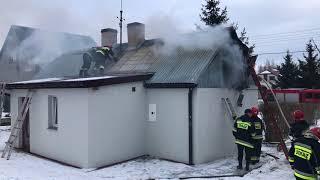 Pożar w Kaliszu. Ogień doszczętnie strawił dach budynku.