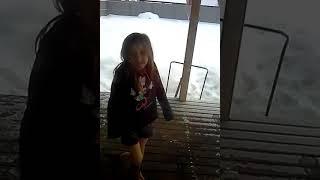 Прыгает в снег3