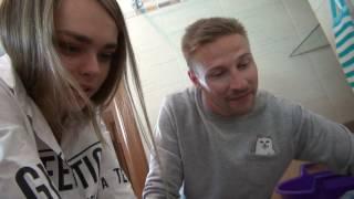Макс бреет ноги! :)