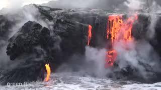 Лава Стекает в Океан по Скале. Вулканическая лава. Лава в Воде.