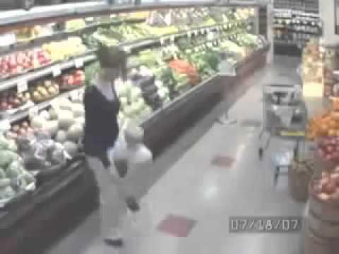 마트에서 심심했던 아줌마 CCTV에 찍힌 충격적 장면