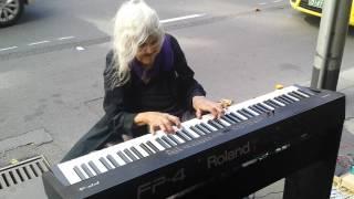 Смотреть онлайн Бабушка шикарно играет на пианино на улице