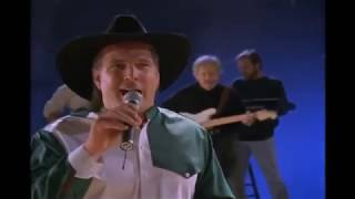 "Kenny, Garth and Trisha sing  ""The Old Mans Back in Town"""