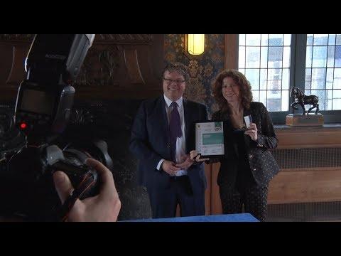 Barbara Barend krijgt Bruggemanpenning uitgereikt