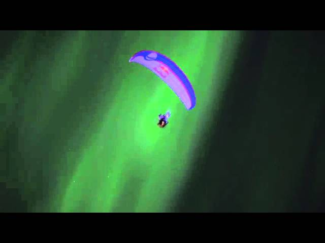 sportourism.id - Paraglider-Menari-Bersama-Aurora-Borealis