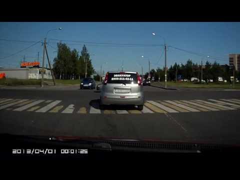 Сальто скутериста от столкновения с автомобилем