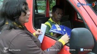 Peringati Hari Anti Korupsi, Kejari Pekalongan Turun ke Jalan Bagi-bagi Kaus dan Stiker
