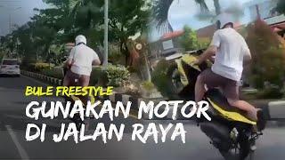 Viral Video Seorang Bule Freestyle, Angkat Roda Depan Motor di Jalan Mertanadi Bali