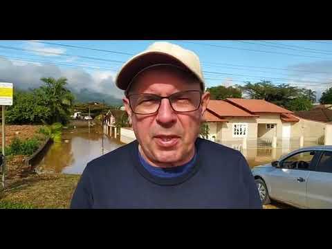 Casas são completamente tomadas pelas águas