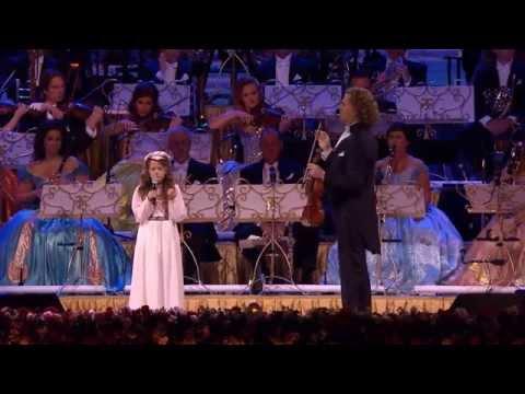 Nagyon szép zene és ez a kislány, ahogy énekel.