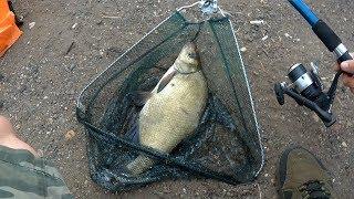 Кормушка для ловли рыбы на озере