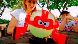 Детки и родители Битва Взрывных Ботов Смешной ЧЕЛЛЕНДЖ BALLOON BOT BATTLE for kids Мы Семья
