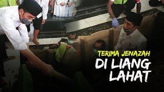 Momen Terakhir Bersama sang Ibunda, Jokowi Terima Jenazah di Liang Lahat dan Buka Kain Kafannya