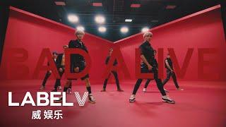 Kadr z teledysku Bad Alive (English Version) tekst piosenki WayV (威神V)