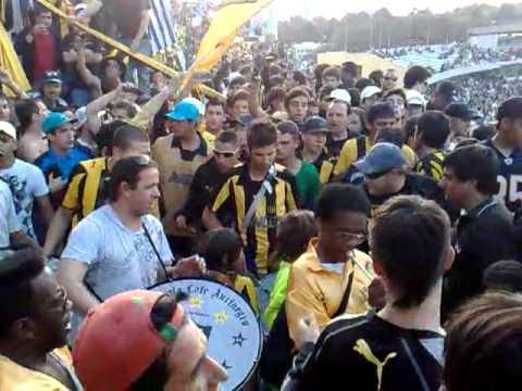 """""""Entrando la hinchada de Peñarol - Barra Amsterdam"""" Barra: Barra Amsterdam • Club: Peñarol"""