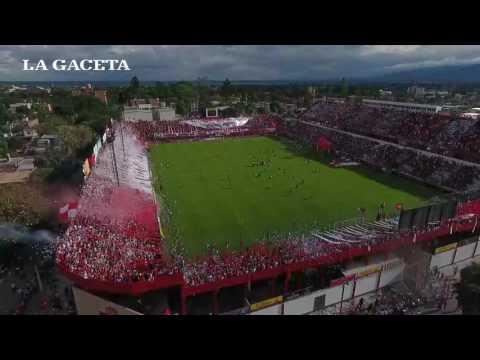 """""""Así se vivió el recibimiento de la hinchada """"Santa"""" desde un Drone"""" Barra: La Banda del Camion • Club: San Martín de Tucumán"""