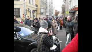 """Прохожие заблокировали АМР, проехавший под """"кирпич""""."""