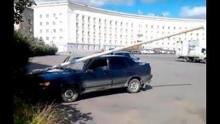 Столб рекламной растяжки прибил автомобиль посредь бела дня
