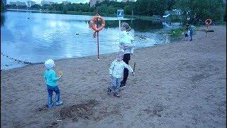 Есть замечательный день, классное настроение дети у реки на пляже Have a wonderful day, great mood c