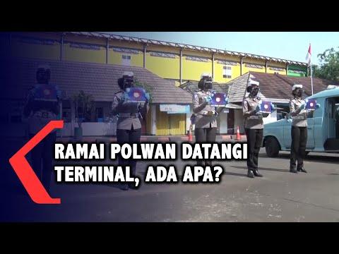 polwan korlantas polri bagikan masker di terminal dan tempat umum