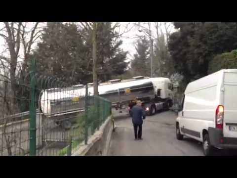 Camion incastrato in Valcuvia