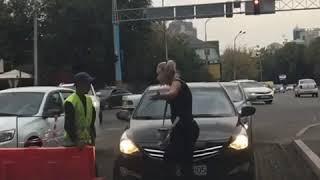 Девушка подралась с дорожным рабочим