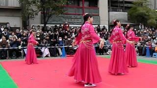 綺麗な女性のウイグル民族舞踊かな・・・春節の祝いの舞い