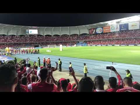"""""""América vs Junior // Recibimiento de la hinchada escarlata."""" Barra: Baron Rojo Sur • Club: América de Cáli"""