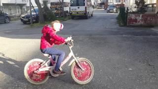 Elif Gökçe ve Erva Tuğçe bisiklete biniyor.