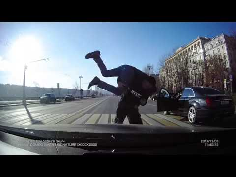 Дед-пешеход накостылял водителю Mercedes-Benz