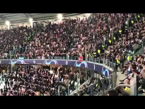 Ultras del Ajax cantan y saltan al eliminar a la Juventus de Turin