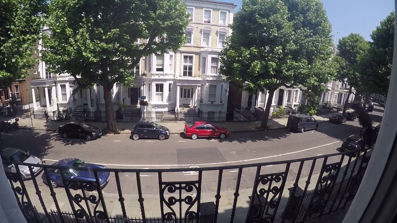 Rooms to rent in 4-bedroom apartment in Earls Court, close to the station
