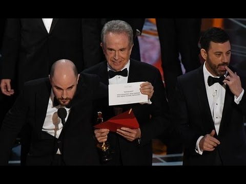 Breaking News Beatty and Dunaway announce wrong best picture winner for La La Land – Moonlight wins