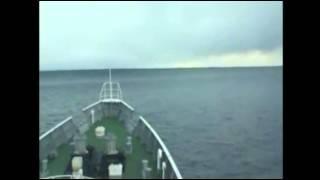 корабль переваливает волну цунами.flv