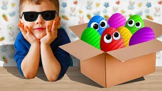Мальчик Открывает Киндеры целую коробку, обзор на игрушки Фиксики и другие. Анимационный мультик