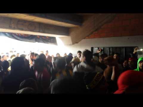 """""""Gallina la puta que te pario peñarol vs cerro larg"""" Barra: Barra Amsterdam • Club: Peñarol"""