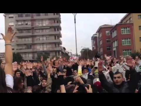 Cori e slogan alla manifestazione degli studenti