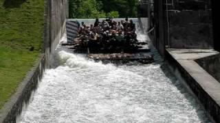 preview picture of video 'Raft Ramp in Bavaria - Floßrutsche auf der Isar'