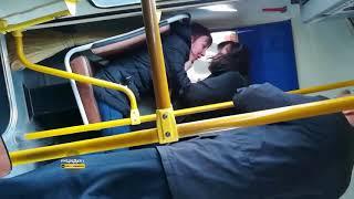 Пьяную неадекватную женщину выкинули из автобуса в Новосибирске
