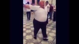 Мужик танцует под песню ПОПИТО