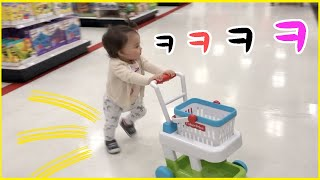 헉 쇼핑카트 끌고 마트에서 쇼핑하는 1살 아기ㅋㅋ A BABY is Shopping herself at TARGET! LOL