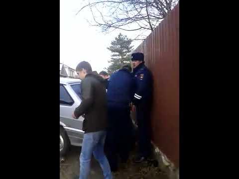 ДПС пытаются утихомирить буйного полицейского