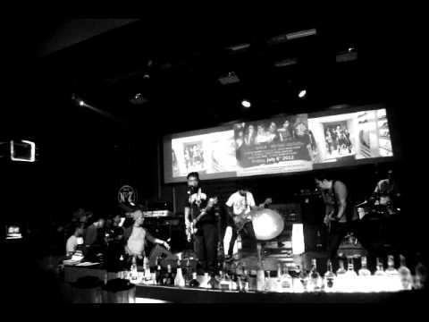 BLINGSATAN - Jadilah Pemberani feat Dave Asia Line live Colors pub Sby