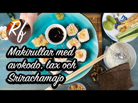 Makirullar med lax, avokado och Srirachamajo. Sushi Maki är skivade bitar av en rulle med ris i sjögräs. Här en lite udda variant jag gillar med lax, avokado, sesamfrön, rostad lök och en sås med majonnäs och sriracha-chilisås.>