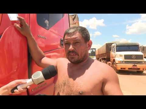 Caminhoneiro descarrega no pátio da empresa por demora