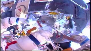 Российские космонавты работают в открытом космосе