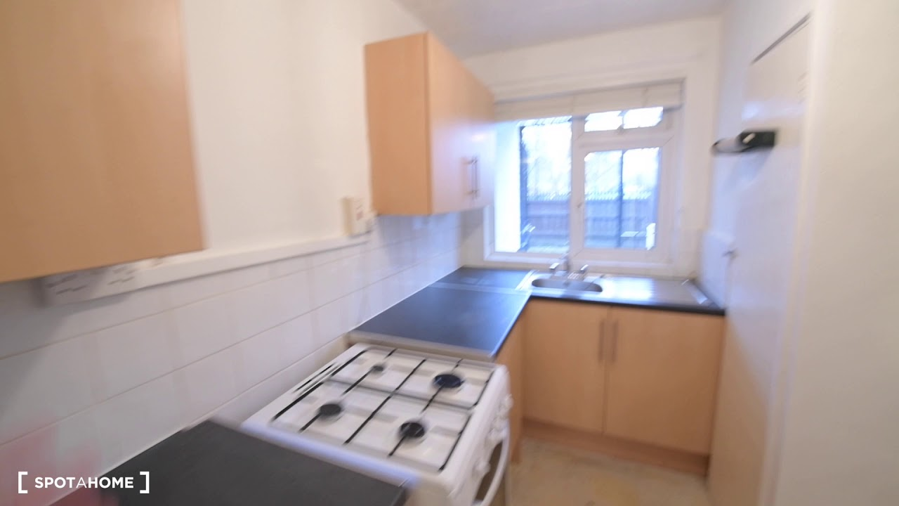 Double bed in Rooms to rent in 3-bedroom flat in Tower Hamlets
