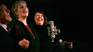 Jane Lynch (avec Kate Flannery et Tim Davis) : « Up On The Housetop »